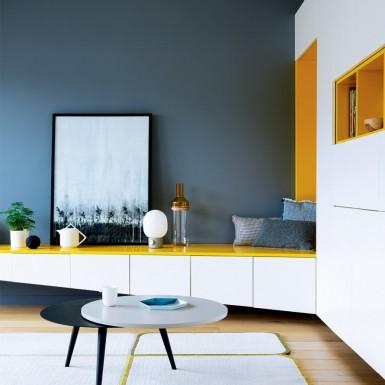 2_module_de_rangement_blanc_et_jaune_longeant_entree_et_salon